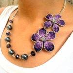 Collar con flores púrpuras tejidas a crochet
