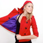 Chaqueta roja con capucha para mujer