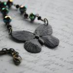 Collar para mujer con una mariposa