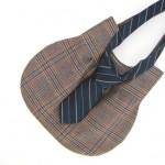 Bolso de mujer con una aplicación de corbata