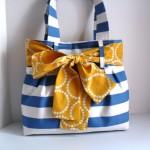 Bolso de tela con franjas azules y lazo amarillo